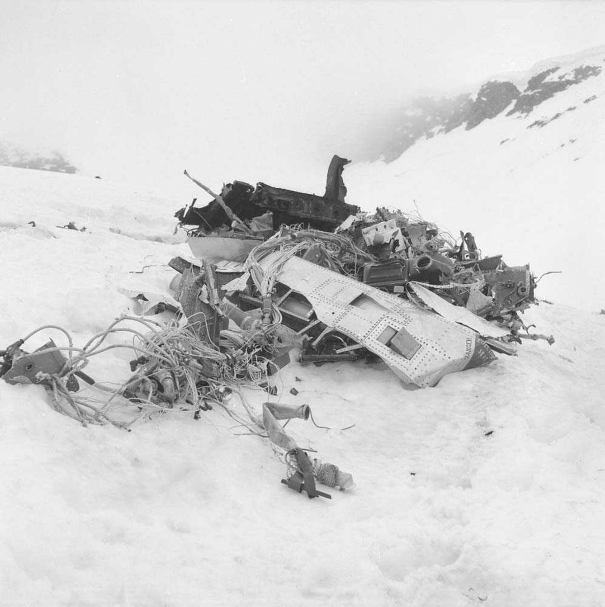 To F-86-K tilhørende 334 skvadron, Bodø flystasjon, havarerte i Djupfesttind ved Tjeldsundet.