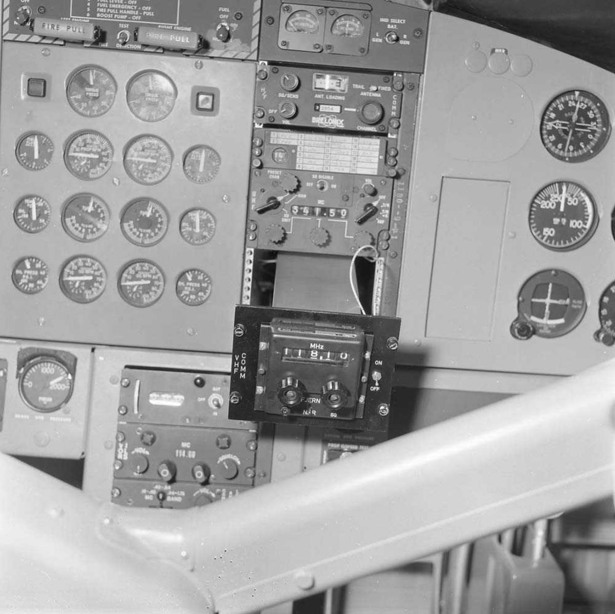Radioutstyr AMR-207 i Twin Otter, med kjennemerke XJ-L. Flyet tilhører 719 skvadron på Bodø flystasjon.