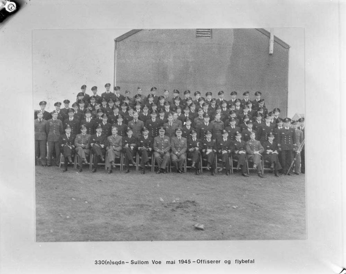 Offiserer og flybefal ved 330 skvadron, Sullom Voe på Shetland.