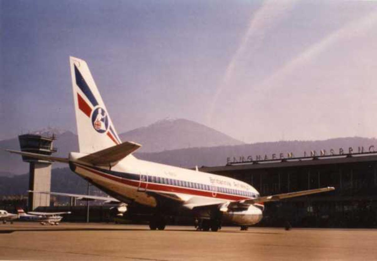 Et fly på bakken. Boeing 737-200. Terminal i bakgrunn