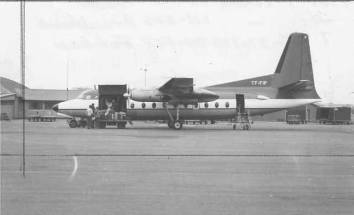 Ett fly på bakken. Fokker F-27-700 TF-FIP. Handling