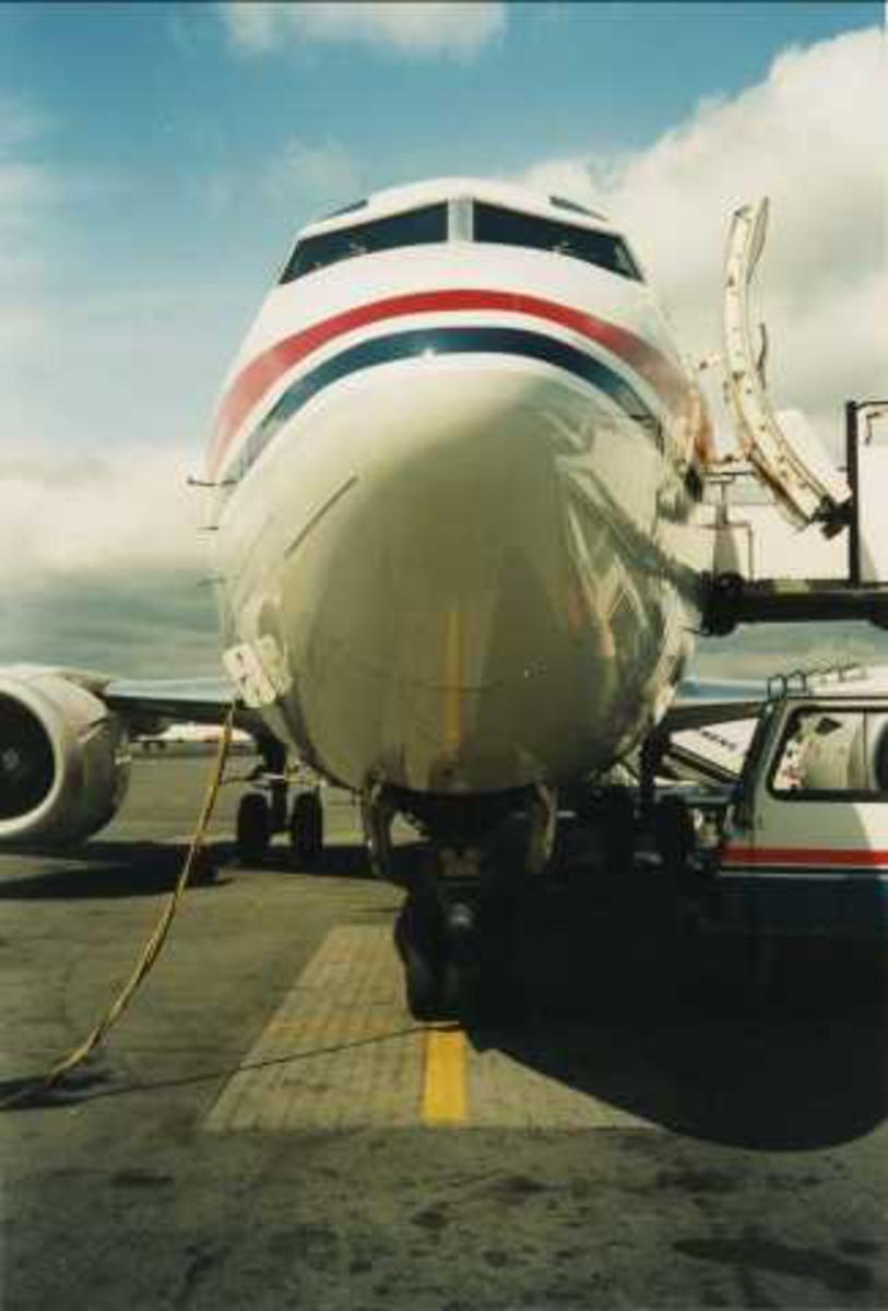 Ett fly på bakken. Boeing 737. Sett forfra.
