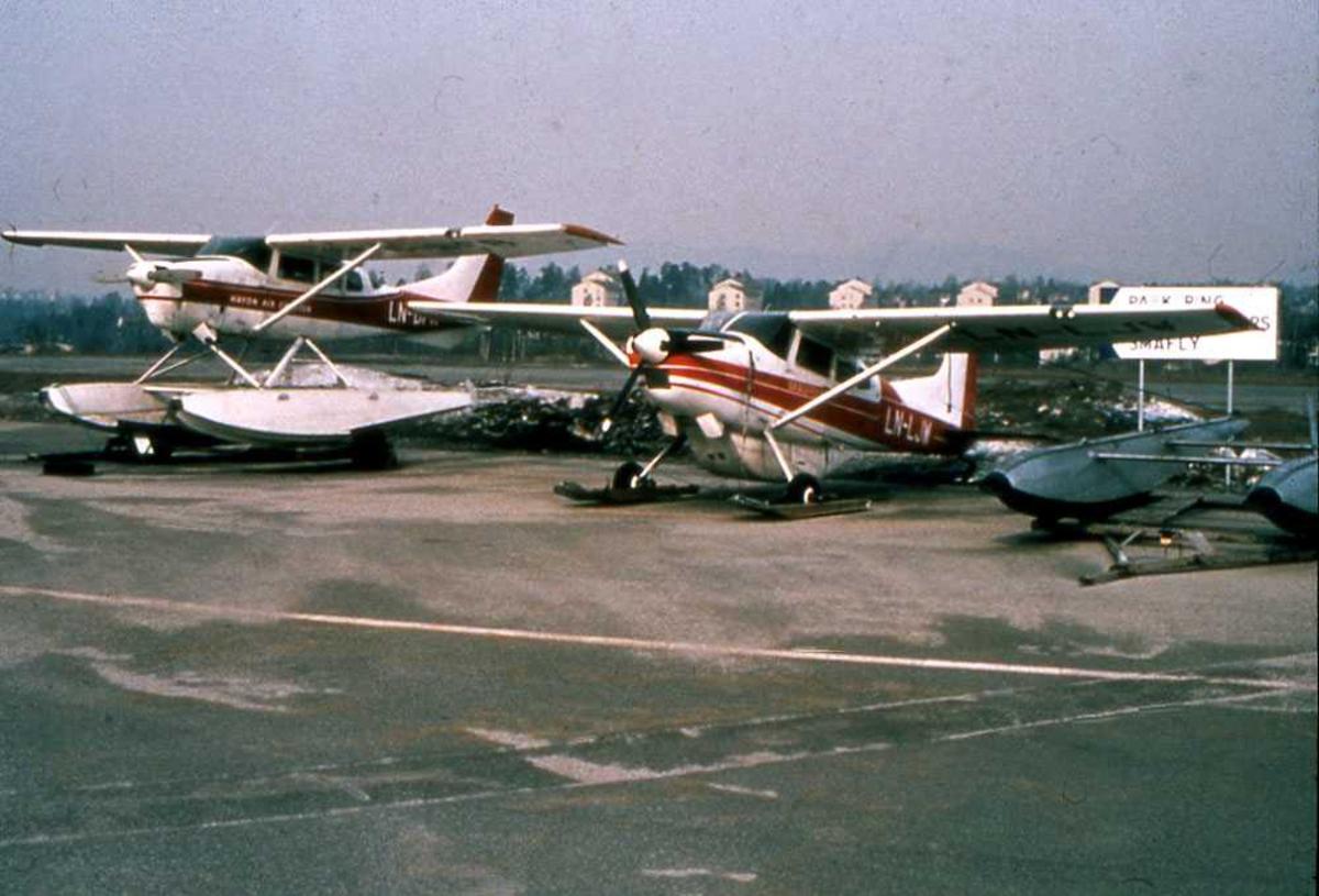 To fly på bakken, ett på flottører og ett på ski. LN-BFR og LN-LJW