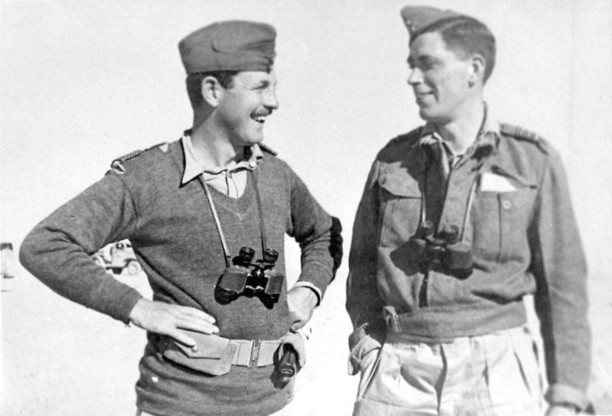 Portrett. To personer i militæruniform. Menn. Begge har en kikkert rundt halsen.