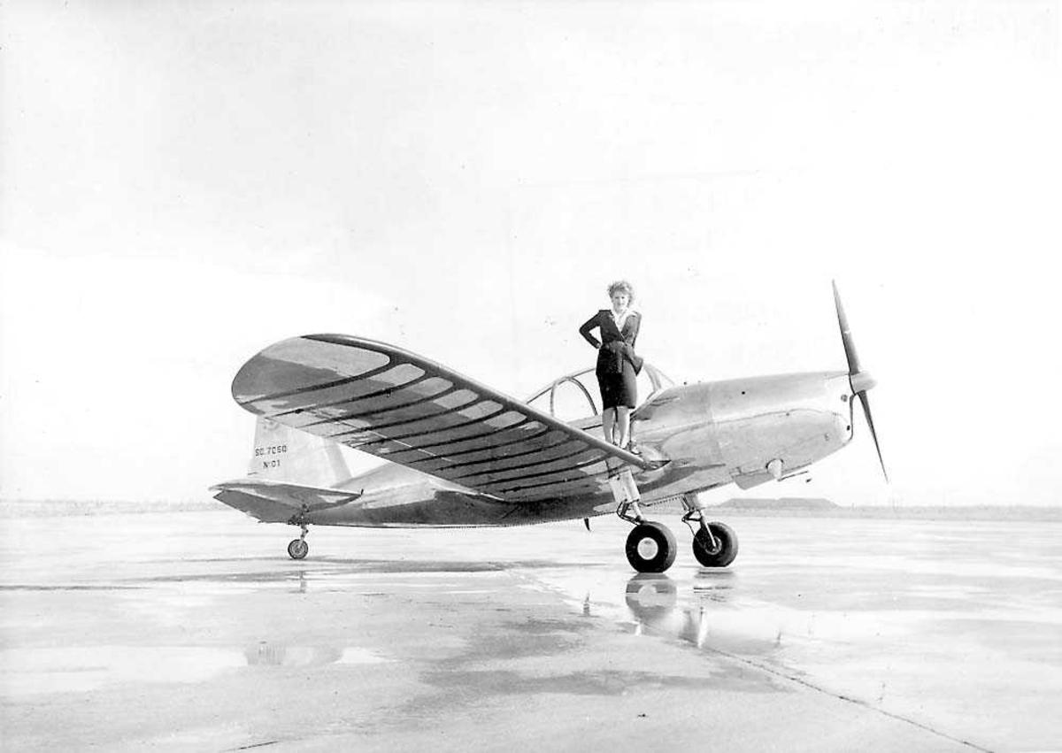 Ett fly på bakken, SO 7060 Deauville. En person står på ene vingen ved cockpiten.