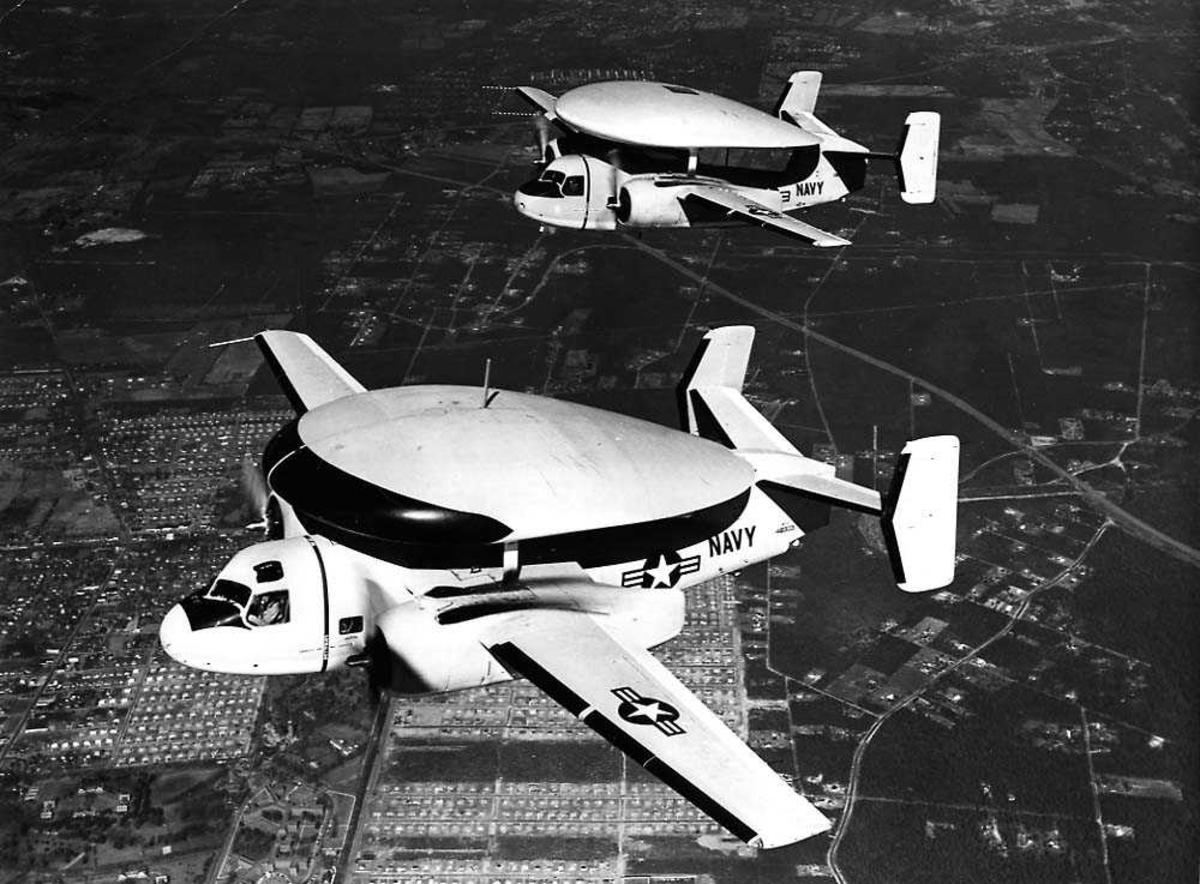 Luftfoto. To fly i luften, Grumman Tracer E-1B (VF-2).