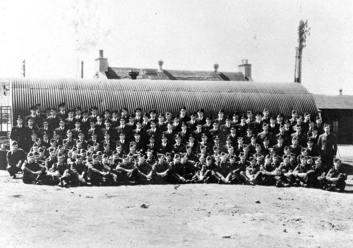Gruppefoto av 330 skvadronen foran en bygning..