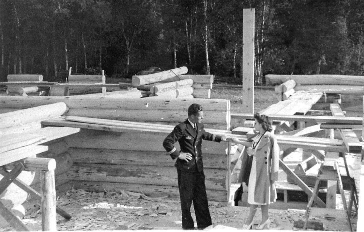 To personer som står på en byggeplass.
