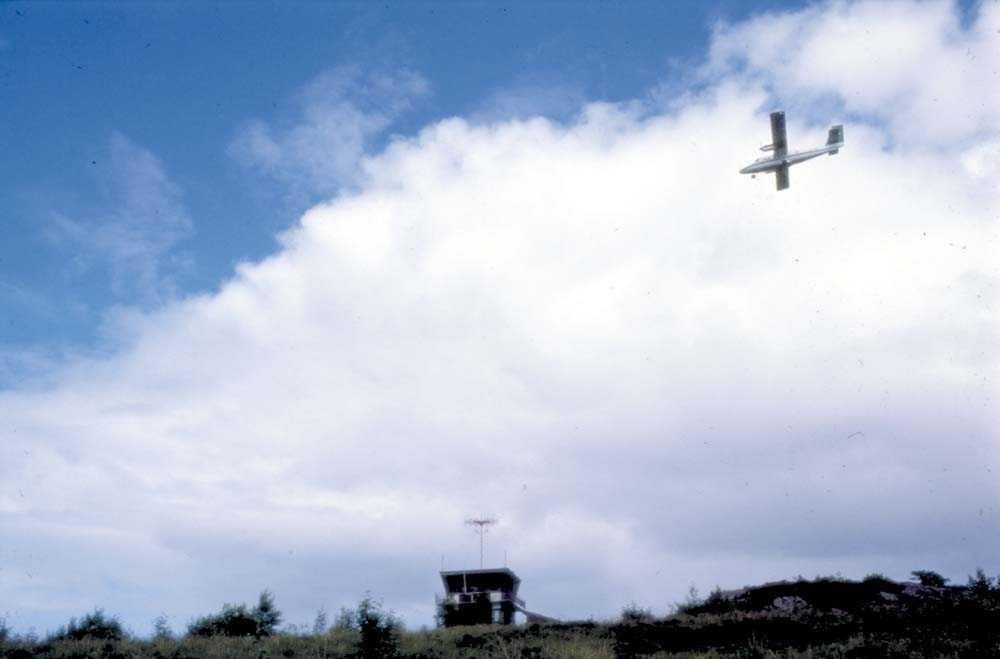 Lufthavn/Flyplass. Florø. Ett fly, DHC-6-300 Twin Otter fra Widerøe.