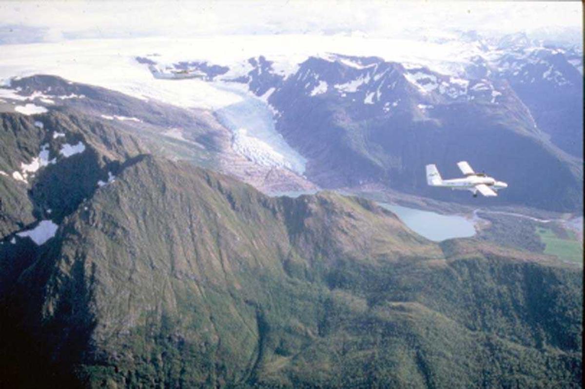 Luftfoto. Svartisen/Engabreen. To fly, LN-BNH, DHC-6-300 Twin Otter og LN-WFG, DHC-7-102 Dash 7 fra Widerøe.