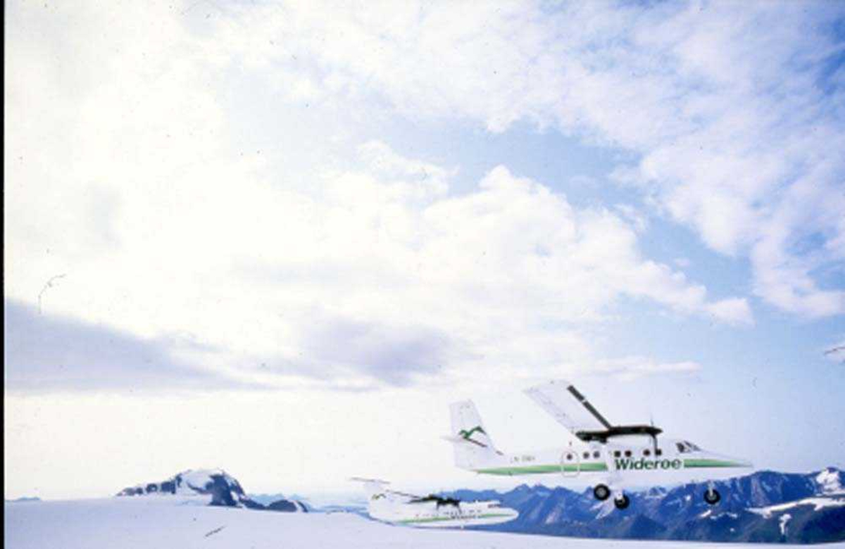 Luftfoto. Svartisen. To fly, LN-BNH, DHC-6-300 Twin Otter og LN-WFG, DHC-7-102 Dash 7 fra Widerøe.