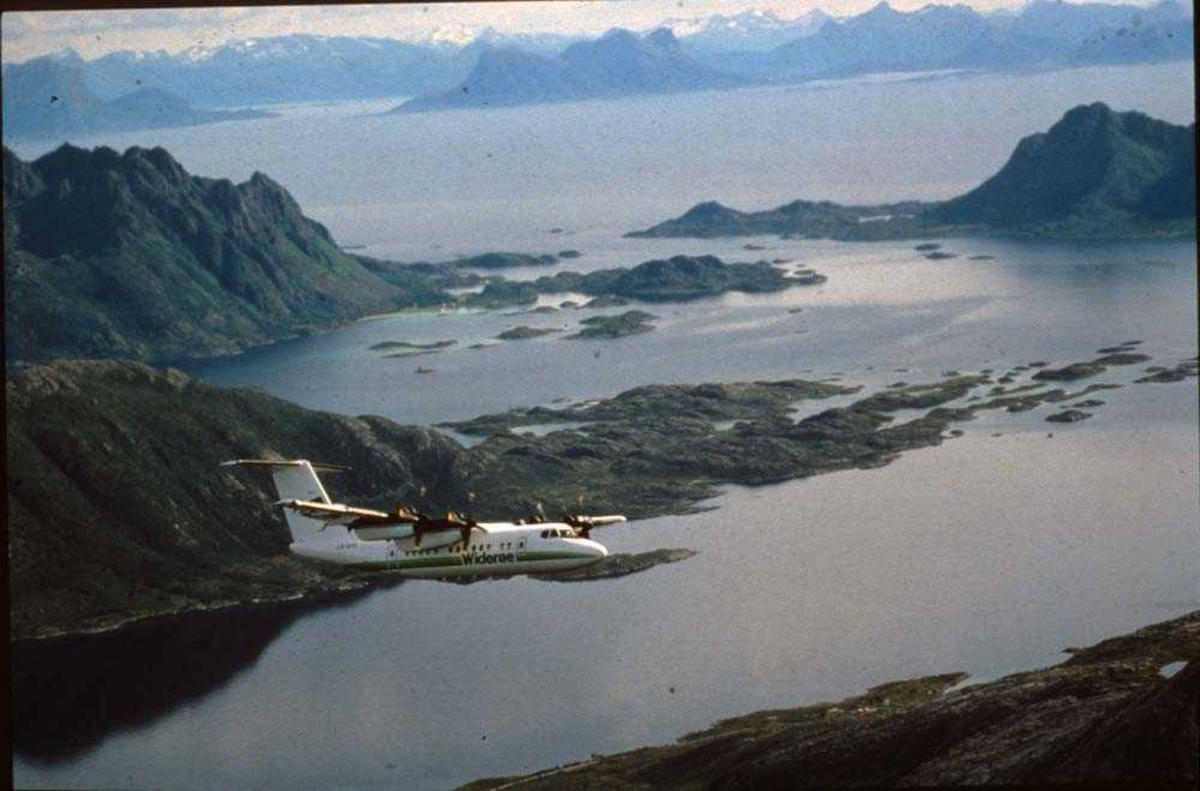 Luftfoto. Lofoten/Molla. Ett fly, LN-WFG, DHC-7-102 Dash 7 fra Widerøe.
