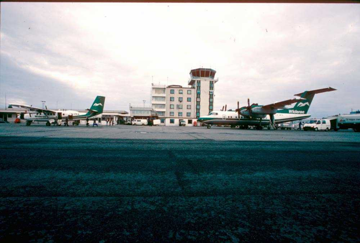 Lufthavn/Flyplass. Bodø. To fly, LN-WFE, De Havilland Canada DHC-7-102 Dash 7 og LN-FKA, De Havilland Canada DHC-6-310 Twin Otter fra Widerøe