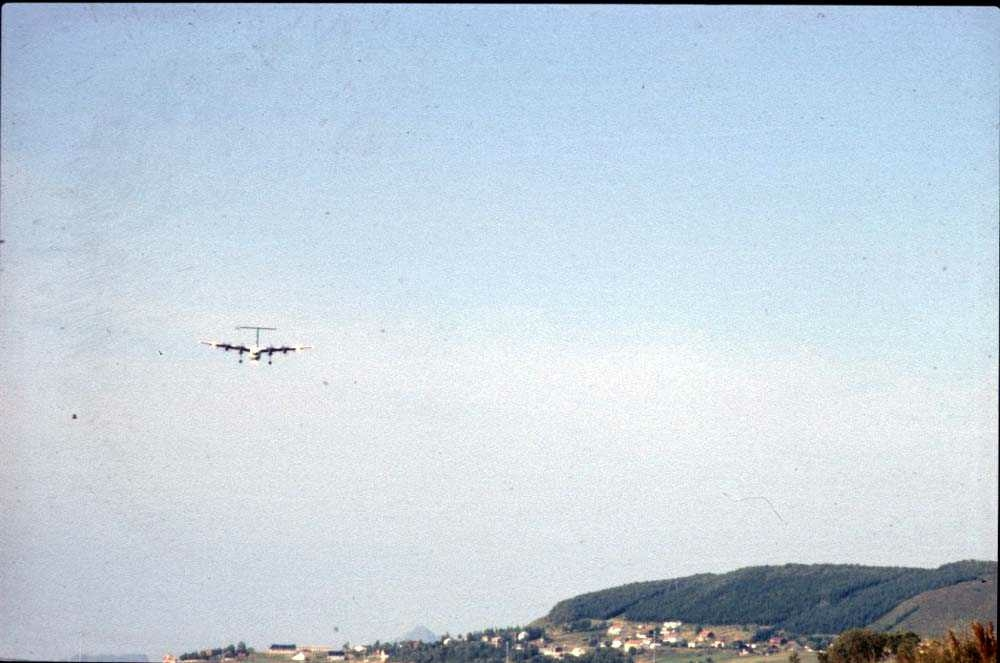 Luftfoto. Ett fly, De Havilland Canada DHC-7-102 Dash7 fra Widerøe.