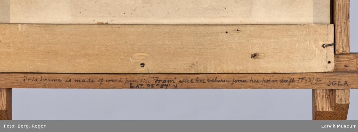 Foto av Colin Archer i ramme laget av Frammaterialer tatt ut fra skipet ved ombygging i 1897.