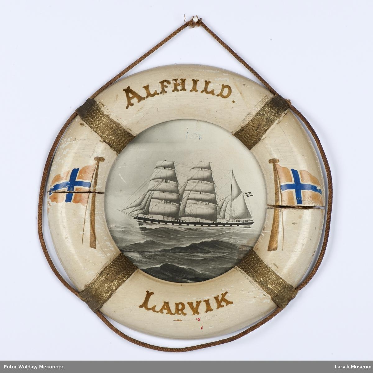 """Barken """"Alfhild"""" av Larvik i """"livbøye"""" påmalt norske flagg og båtens navn"""