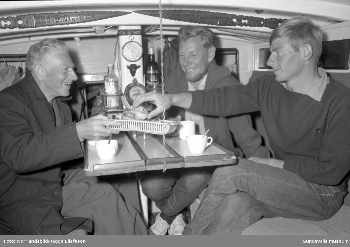 Gunnar Ekholm möter upp vid Brämön och hälsar Lunkentussfararna Dag Ekholm och Gunnar Dahlgren välkomna hem efter tre år på sjön.