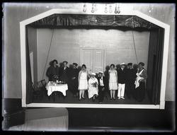 Teaterscen med aktörer