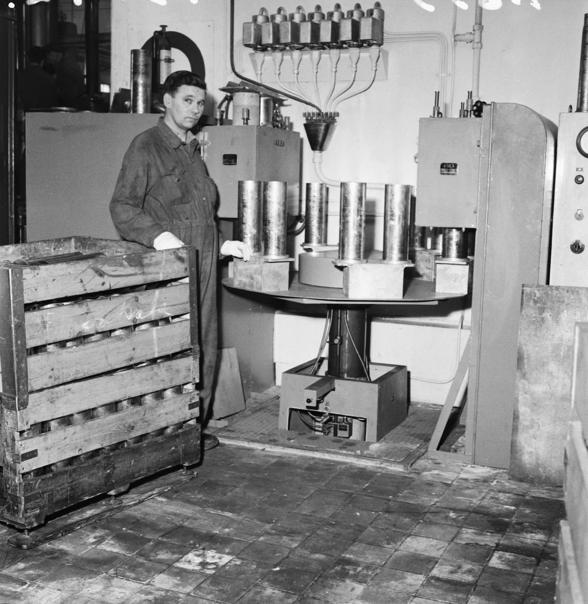 Övrigt: Foto datum: 13/2 1957 Byggnader och kranar Hylspressar i arbete i art.verkstan