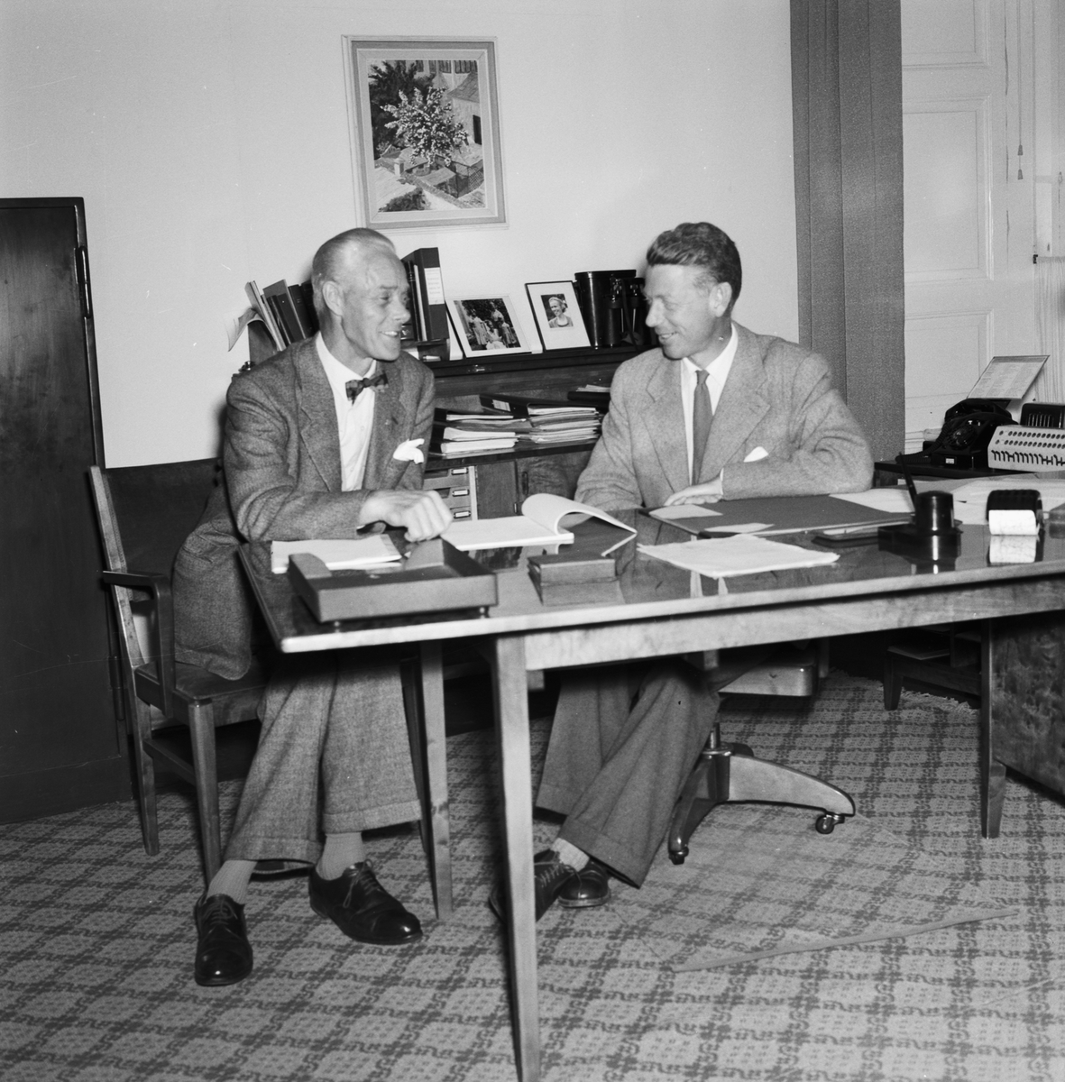 Övrigt: Foto datum: 9/9 1957 Byggnader och kranar Direktör Schreil och FCTF:s ordförande Svensson. Närmast identisk bild: V13996 och V13997, ej skannade