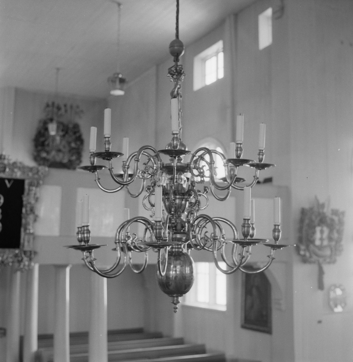 Övrigt: Fotodatum:11/8 1958 Byggnader och Kranar. Närmast identisk bild: V16092, ej skannad. Amiralitetskyrkan (bibel. lampkrona o tavlor)