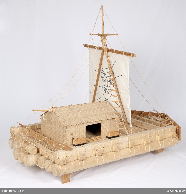 """Kon-Tiki-flåten var en kopi av de gamle farkostene i Peru og Ecuador. Tykke balsastokker ble surret sammen til en 6 meter bred flåte. Den midterste stokken var 14 m lang mens sidestokkene var 10 m. lange.Hytta var laget av bambusrør, flettet med bambussiv. Taket var dekket med lag av bananblader. Mastene var bygget av hardt mangotre. Alle stokkene, master og andre fester var surret med tau. Ikke eneste spiker, nable eller ståltrådsurring ble brukt i hele konstruksjonen. Navnet """"Kon-Tiki"""" var til minne om inkaenes mektige forsjenger, Solkongen. Han som en gang dro vestover i havet og dukket opp i Polynesia"""