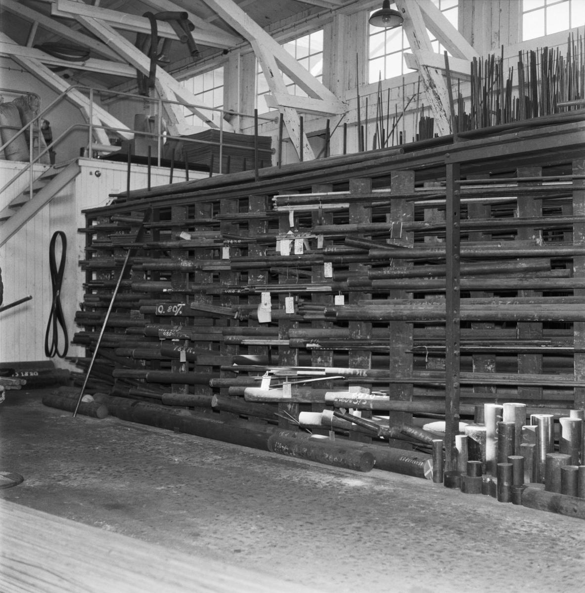 Övrigt: Foto datum: 19/9 1961 Byggnader och kranar Verkstan material förråd interiör