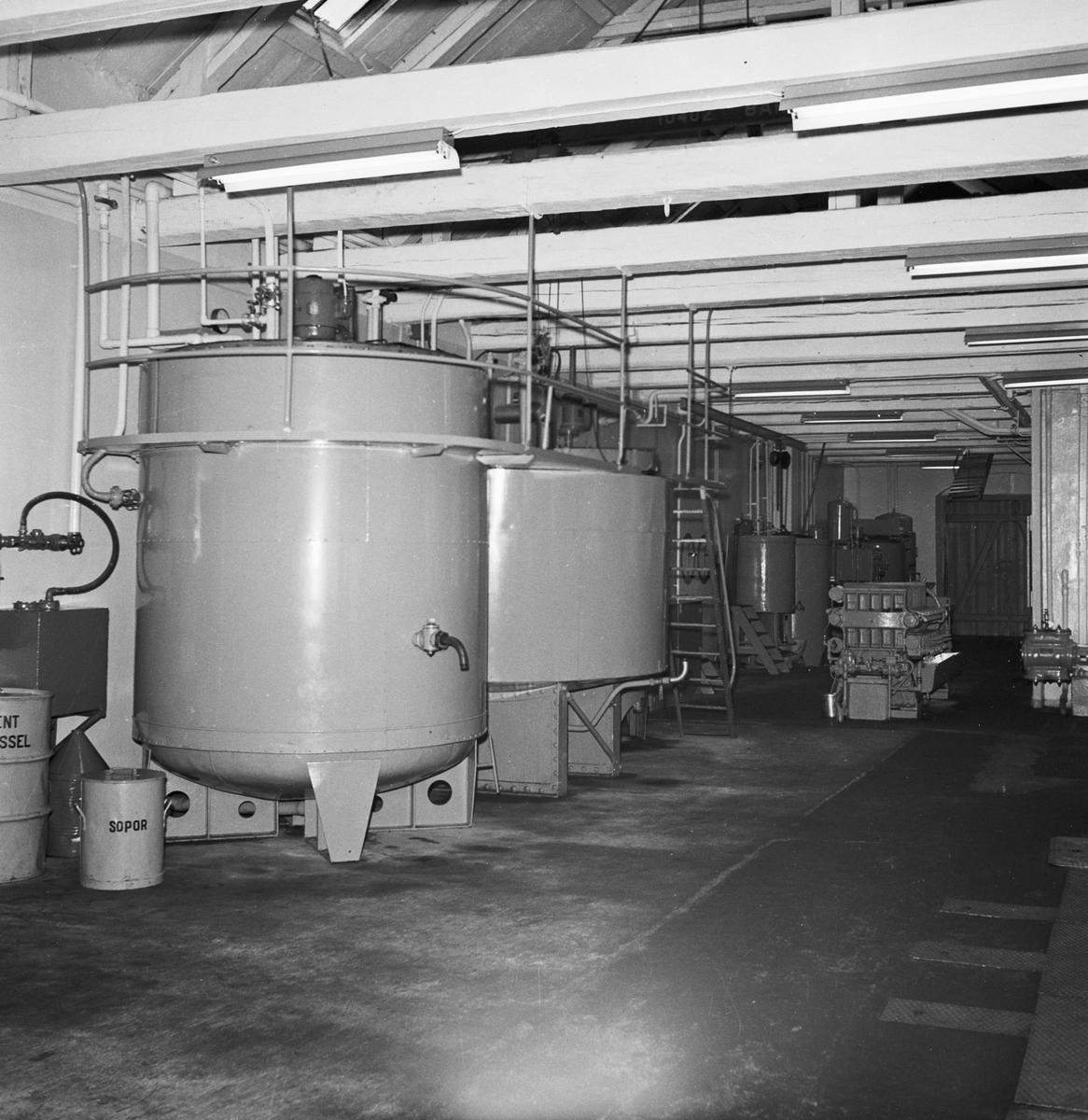 Övrigt: Foto datum: 12/1 1952 Byggnader och kranar Oljefabriken interiör