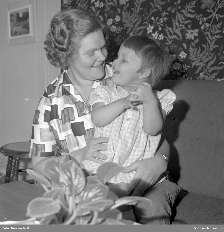 Reportage om att bo i Stenstaden. Familjen Lilian och Sven Andersson med dotter.