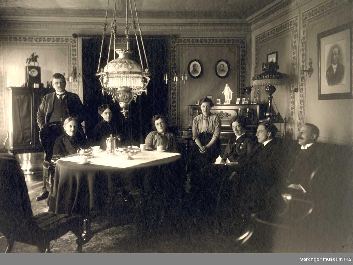 Andrea Esbensen med 6 av sine barn i stuen til Esbensengården i Vadsø sentrum. Ca 1890-1900