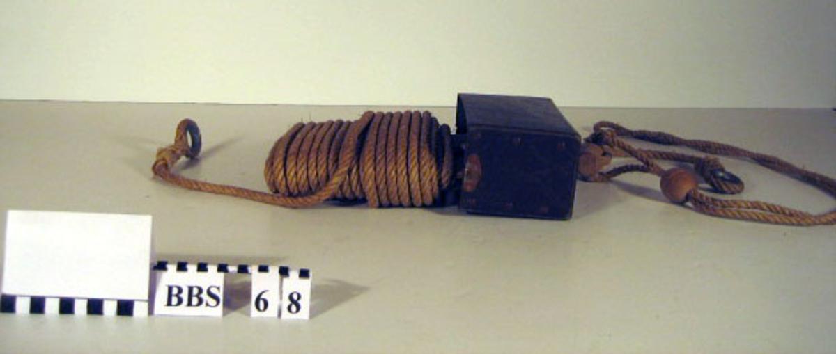 Kassett med lås. Kassett av pappmaskett med bremsekloss.
