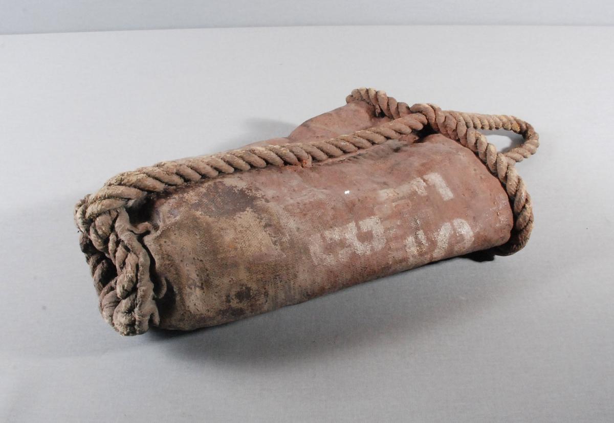 Brannbøtte i lerret, med taukant undt øverste kanten av bøttent. Hanken er av tauverk som er festet i nedkant av bøtten og tredd gjennom øverste kanten av bøtten.