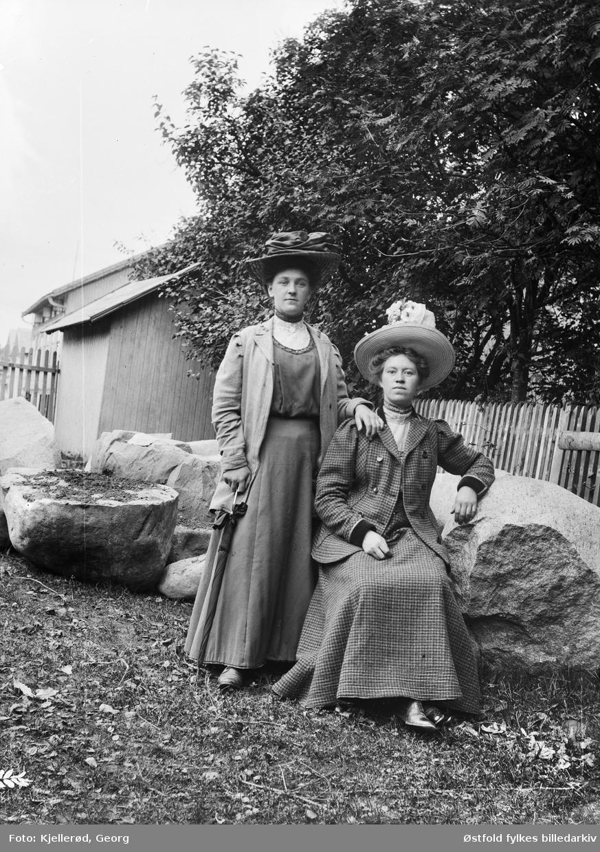 Løten eller Gjøvik. To ukjente kvinner fotografert i finstasen på ukjent sted.