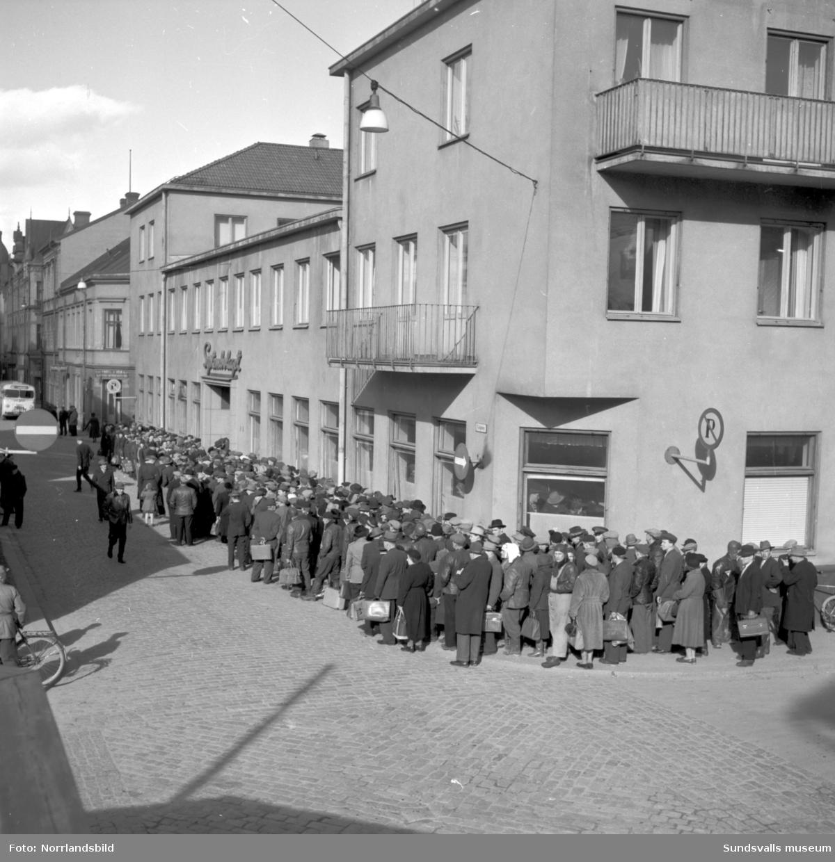 Kön utanför Systembolaget på Tullgatan 13-15 i Sundsvall ringlar sig runt gathörnet.