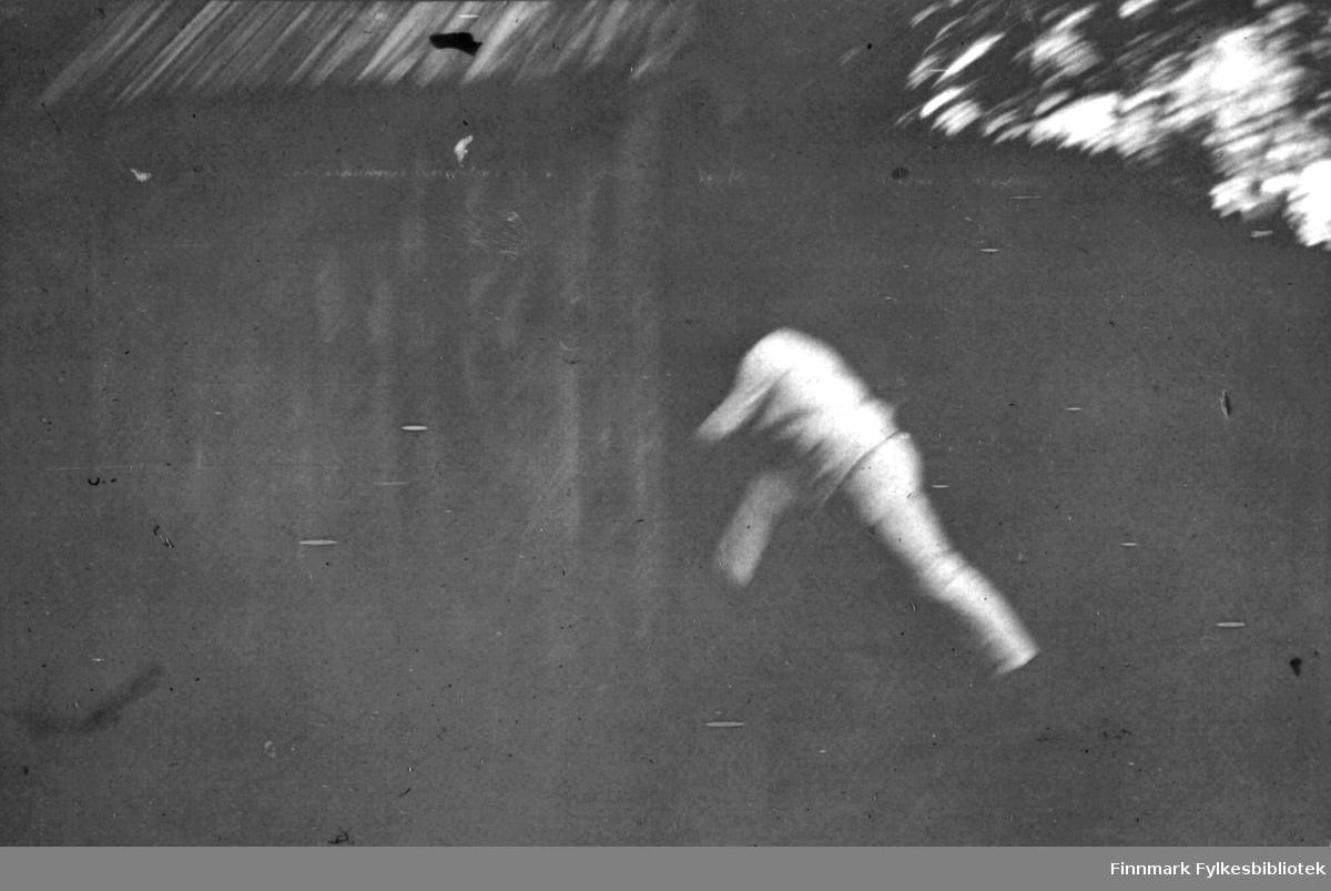 En mann løper inn gjennom døra i et hus.