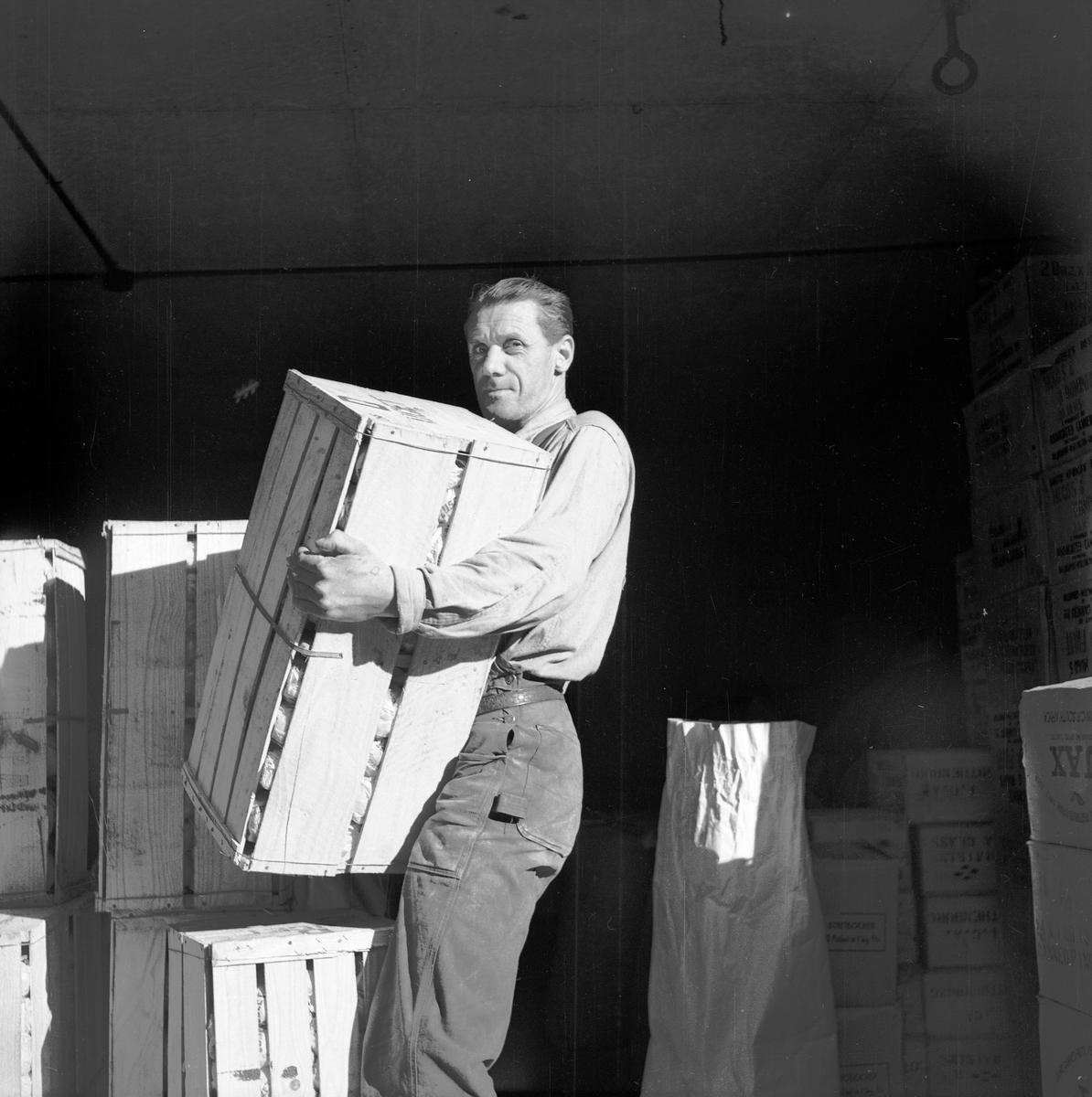 Efter andra världskriget kunde man åter importera frukt, här lastas lådor med apelsiner av i Jönköping.
