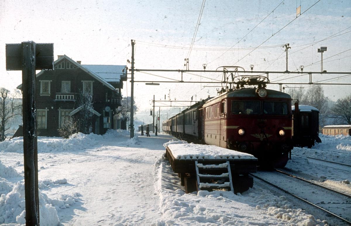 Persontog 207 Oslo Ø - Gjøvik i Kjelsås stasjon. Elektrisk lokomotiv type El 11