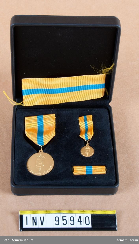 Försvarsmaktens reservofficersmedalj i guld. Tilldelas avgående reservofficer efter ett visst antal tjänsteår. 8:e storleken, 2003.  Band: gult med en bred blå rand på mitten.  Medalj, miniatyrmedalj, släpspänne och band i blå ask klädd med blå sammet.