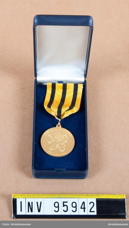 Södermanlands regementes (P 10) förtjänstmedalj i guld, före 2000 Södermanlands försvarsområdes (Fo 43), 8:e storleken.  Band: gult med tre jämt fördelade svarta ränder.  Medalj i blå ask klädd med blå sammet och vit siden.