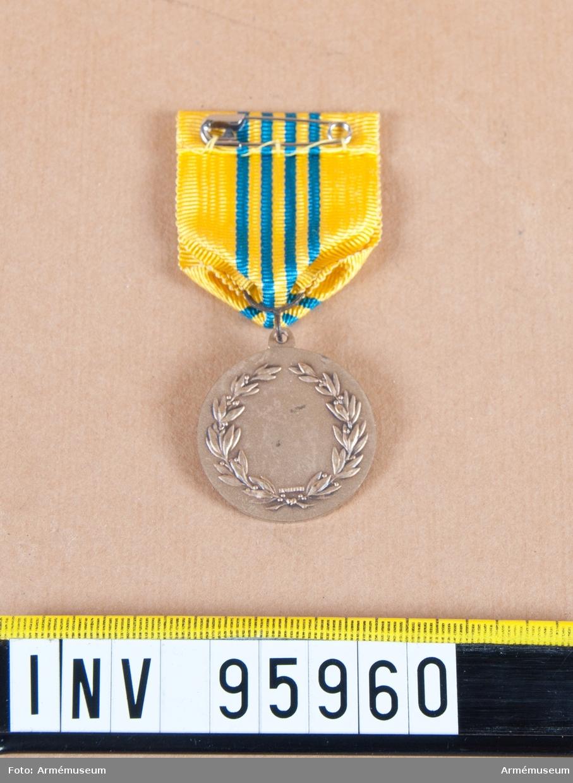 Svenska värnpliktsofficersförbundets förtjänstmedalj i silver, före 1972 Värnpliktiga underofficerares Riksförbunds förtjänstmedalj, 8:e storleken.  Band: gult med fyra ljusblå ränder på mitten.