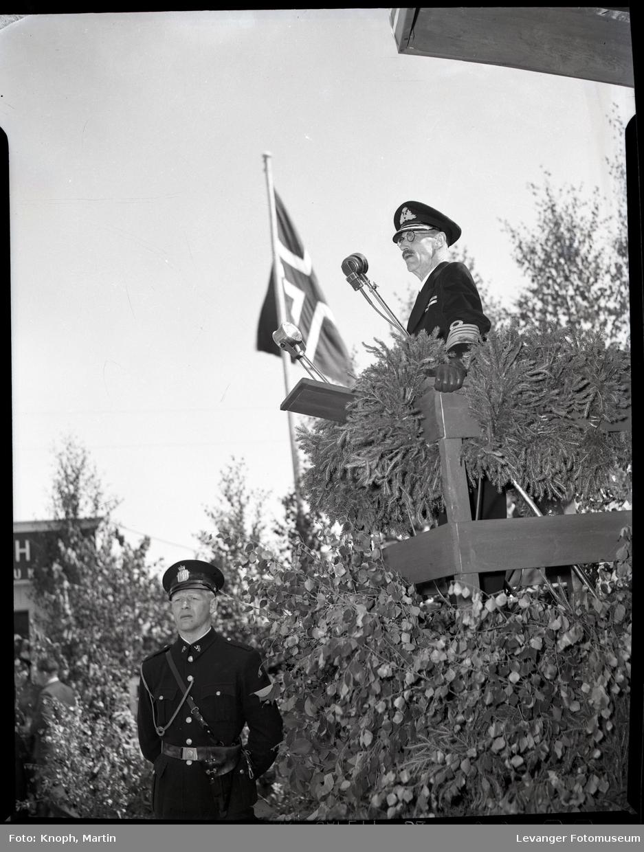 Kongelig besøk, kong Haakon på talerstolen i Steinkjer.