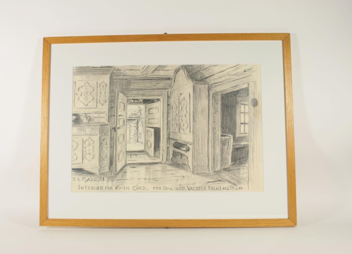 Motivet er et interiørbilde fra en stue i et trehus med laftede vegger. Helt til venstre i bildet ser man deler av et skap i tre, med skapdøre oppe og nede, og skuffer og en åpen hylle i midten. På hyllen står et krus.   Til høyre i bildet ser man en åpen dør som leder inn til et annet rom hvor man kan skimte et vindu. Til venstre for denne åpne døren står et skap med to dører øverst, og en hylle neders. Skapet har lik dekor som skapet helt til venstre i motivet.   Midt i bildet ser man en åpen dør som leder ut  mot en gang, og videre til en neste dør som er to-delt, og som også står åpen og viser eksteriøret av en bygning i laft med torvtak utendørs.