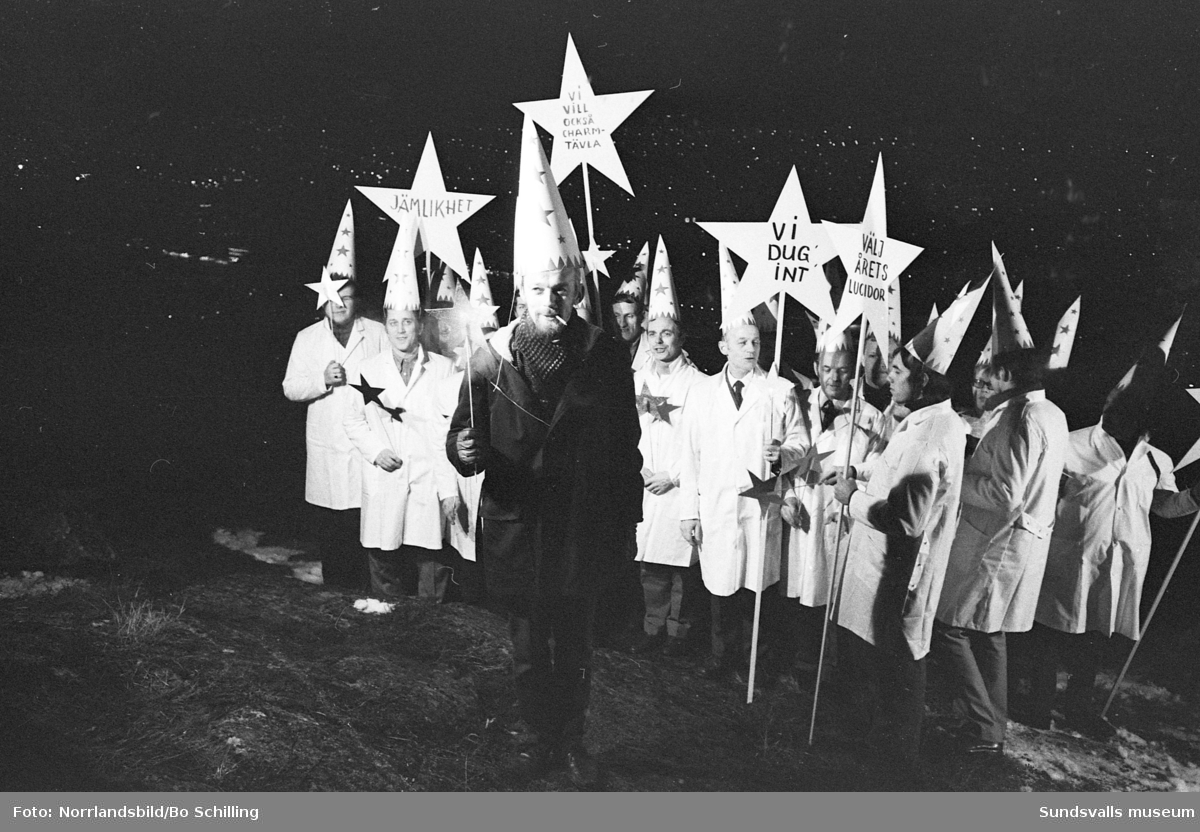 Humoristiskt stjärngossetåg på Norra berget där herrarna protesterar mot att vara uteslutna från det traditionella luciavalet. Fotograferat för Hänt i veckan.
