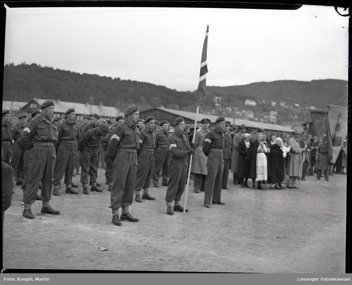 17.mai på Steinkjer. Militær oppstilling på grusbanen på Sannan.