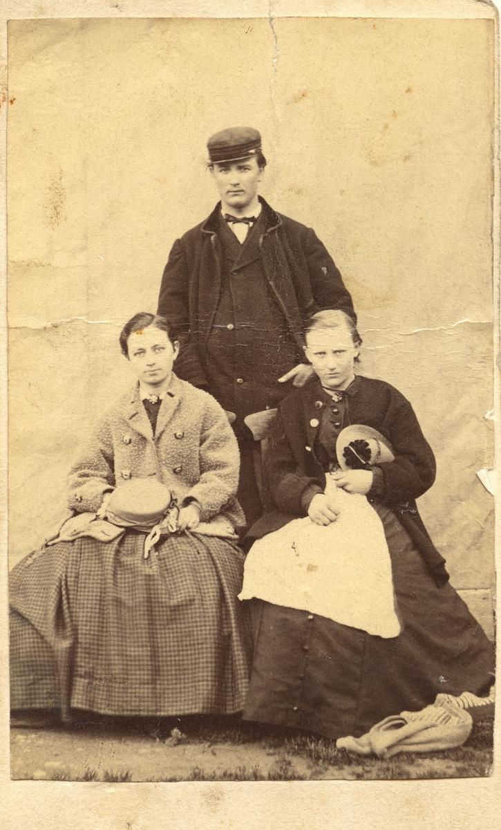 Emil Berggren 1867. Sittande Josephine Lundqvist, hans fästmö, och Ada Berggren, hans syster, då 15 år.
