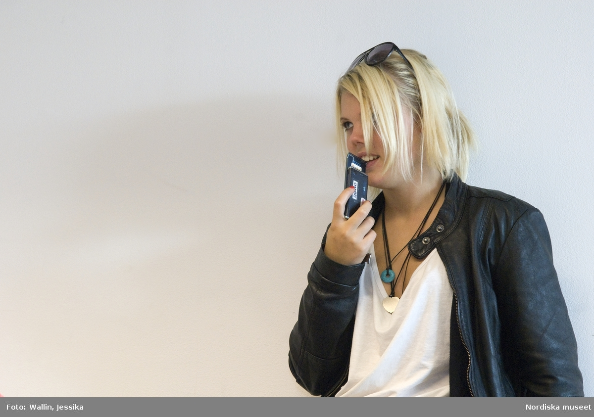Dokumentation av ungdomsmode i Täby enskilda gymnasium hösten 2009. Amanda Ljung klädd i skinnjacka, halsband och solglasögon.