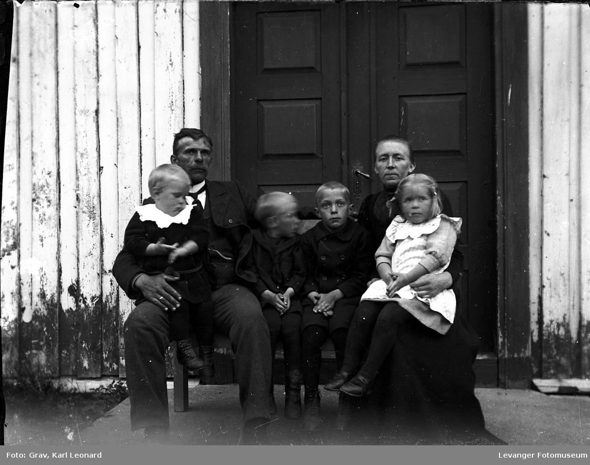 Gruppebilde, familie med fire barn på trapp.