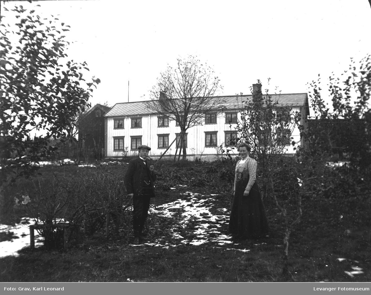 Par i hage foran trønderlån