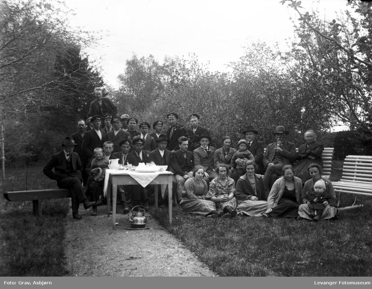 Gruppe lærere, ansatte og elever fra Mære. Hageselskap med kaffe.