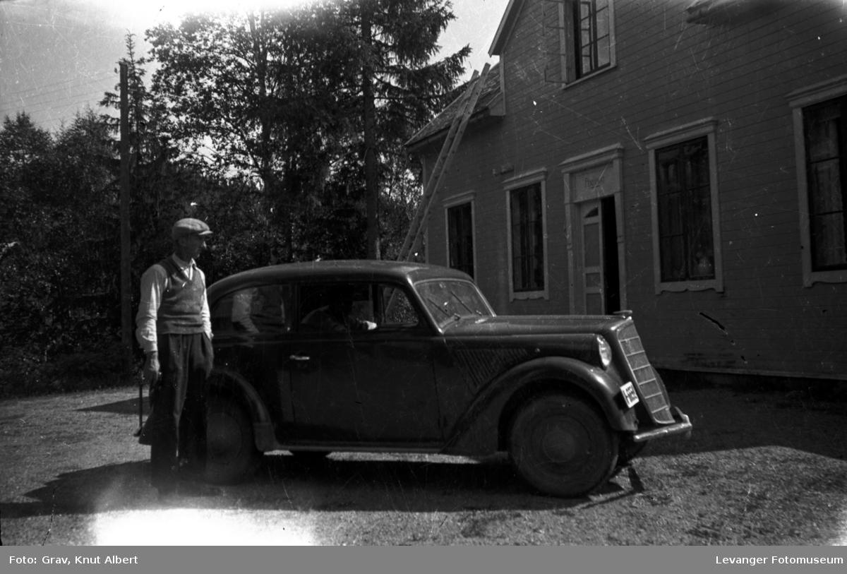 Motorkjøretøy, mann og bil (Opel) ved pensjonat.